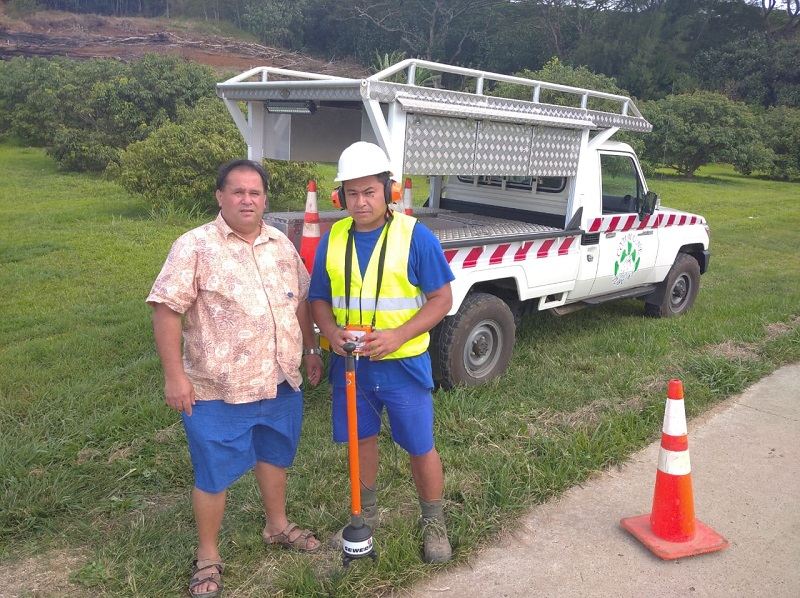 Tavana Tubuai en compagnie d'un agent en pleine localisation de fuite