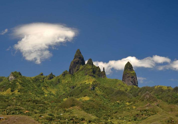 Le mont Oave et les pilastres basaltiques. © Ronan GLOAGUEN