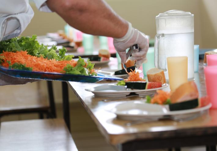 La pause méridienne est un moment important, pendant lequel les élèves se retrouvent autour d'un repas servi à la cantine scolaire, un lieu qui se veut convivial et accueillant.